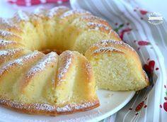 La ciambella alla panna è un dolce delicato e molto soffice, profumato alla vaniglia ideale per la prima colazione o per la merenda.