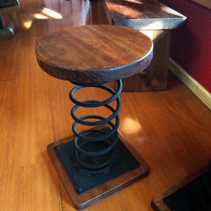 Banca de madera y resorte metal . Wooden Stool