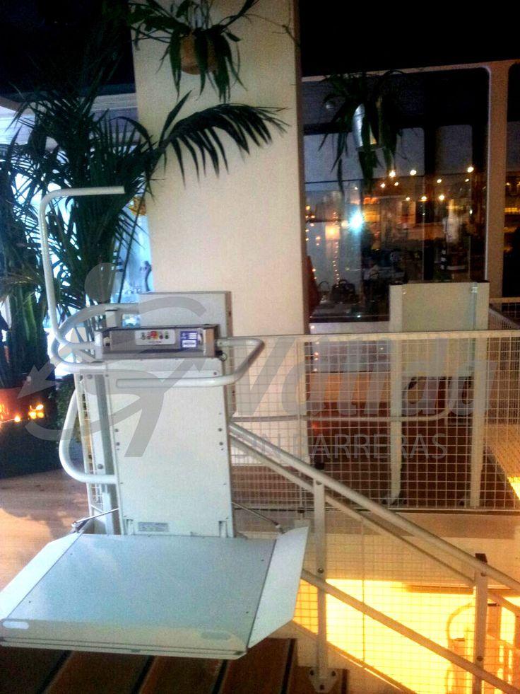 DÉCOR plataforma salvaescaleras instalada en una tienda de Barcelona. Vista de la plataforma abierta para carga lateral.