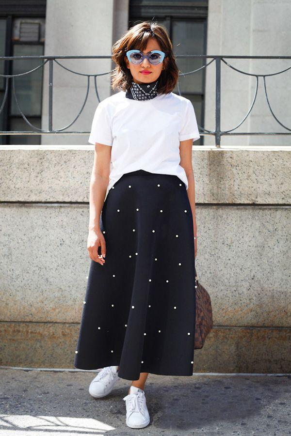 Street style look com saia midi azul, camiseta branca e bandana azul.