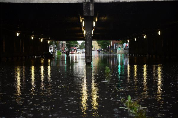 Esővízzel elöntött Vágány utcai vasúti felüljáró, a VI. kerületi Podmaniczky és a Dózsa György út kereszteződésénél   MTI Fotó: Balogh Zoltán