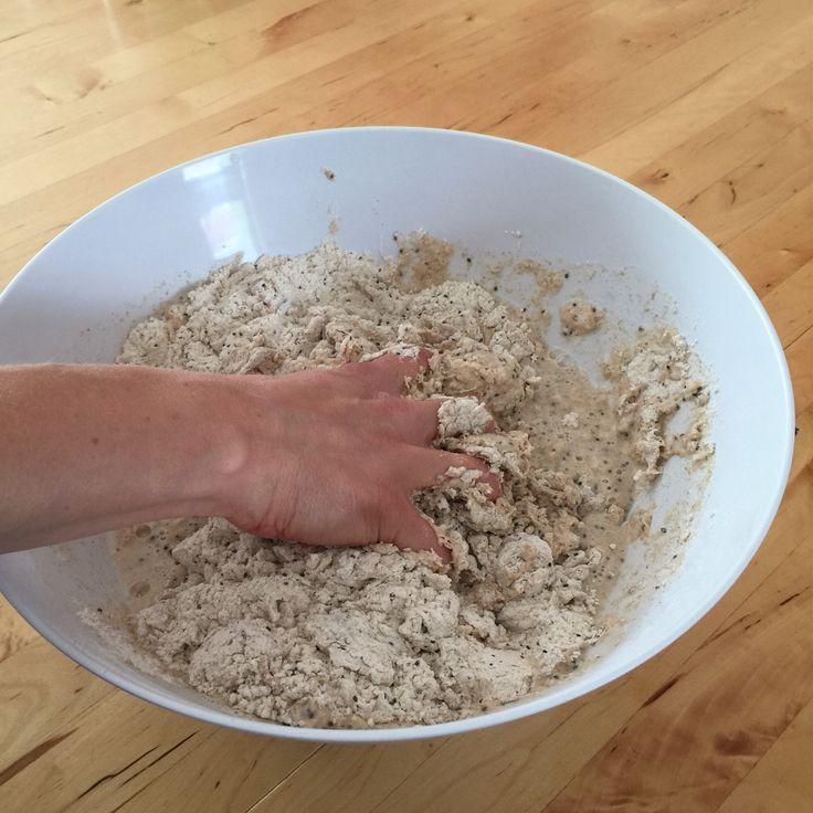 Heute habe ich das Bauernbrot mal variiert. Zutaten: 500 g Vollkornweizenmehl 500 g Weizenmehl 1/2 Würfel Hefe 600 ml Wasser 20 g Salz 1 EL Brotgewürz (Kümmel, Koriander, Fenchel) 4 EL Chiasamen Zu…