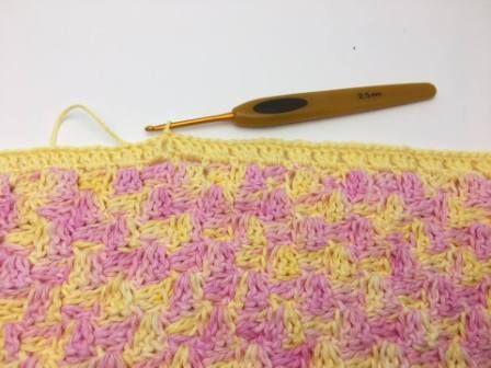"""Farverige """"C2C"""" – Corner to corner klude.  Sæt lidt kulør på hverdagenmed disse farverige klude i hæklet i Corner to corner teknikken. Du finder en guide i teknikken HER. Jeg har hæklet med stangmasker. Jeg har brugt Mayflower multi print bomuldsgarn, som fås i rigtig mange skønne farver, sammen med Mayflower cotton 8 (Junior) ens farvet bomuldsgarn. Multi print garnet kan købesHERog de ensfarvede HER Mayflowers nye Mouliné bomuldsgarn, som er 2 farvet garn, er også fantastisk til disse…"""
