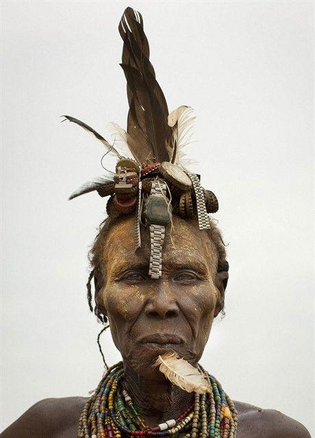 Украшения эфиопских племен из отходов быта европейцев-4 Эфиопские племена, живущие в долине реки Омо, стали использовать для украшения своих причесок и головных уборов мягко говоря необычные материалы. Если быть точным, этими материалами стали отходы нашей европейской цивилизации. Это бэушные пробки и крышки от бутылок и жестяных банок, старых выброшенных на помойку цепочек и браслетов от часов, заколок и пластиковых карточек.