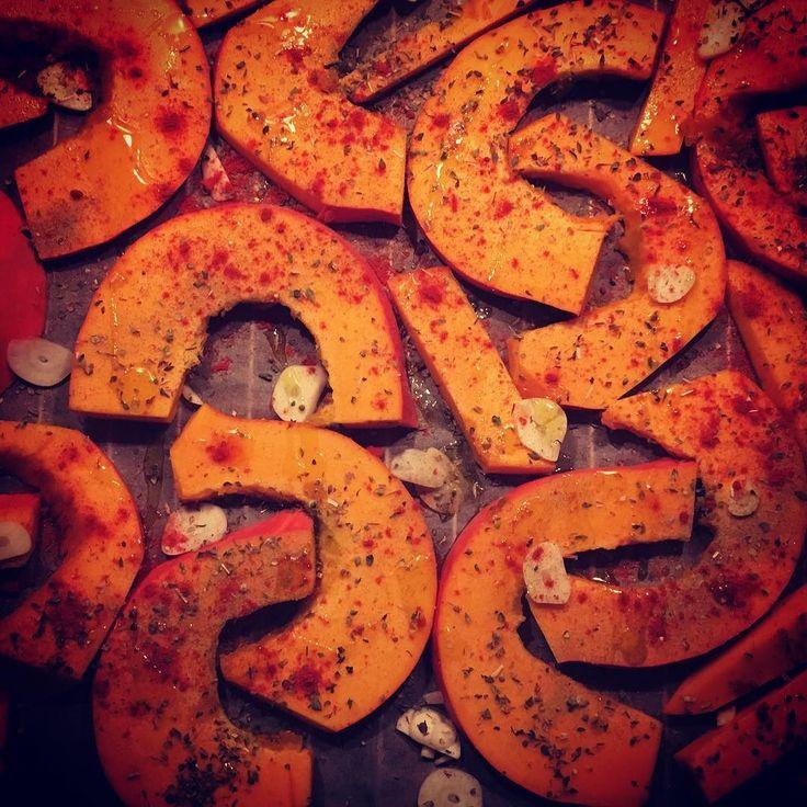 Ich liebe Hokkaido - man muss ihn nicht schälen  du kannst ihn dünsten frittieren backen ihn vielseitig abschmecken - hier als Spalten mit Sesam-Dip. Danke @kptncookapp für ein wiedermal überraschend vergnügliches Abendmahl zum Reinlegen #kptncook #pumpkin #hokkaido #foodieberlin #foodvergnügen
