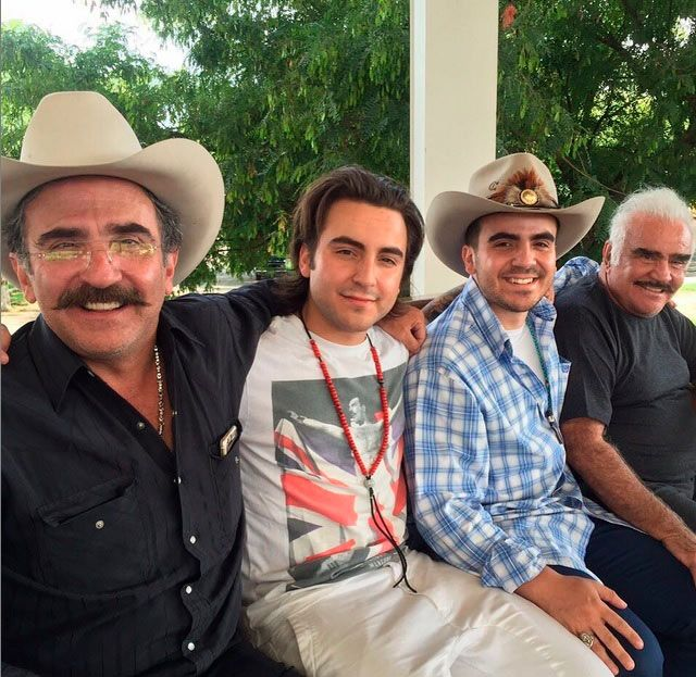 Vicente Fernández Jr. se refugia en su familia tras su separación