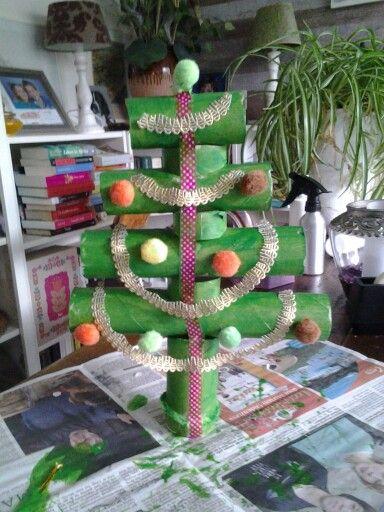 Kerstboom van toiletpapierrollen