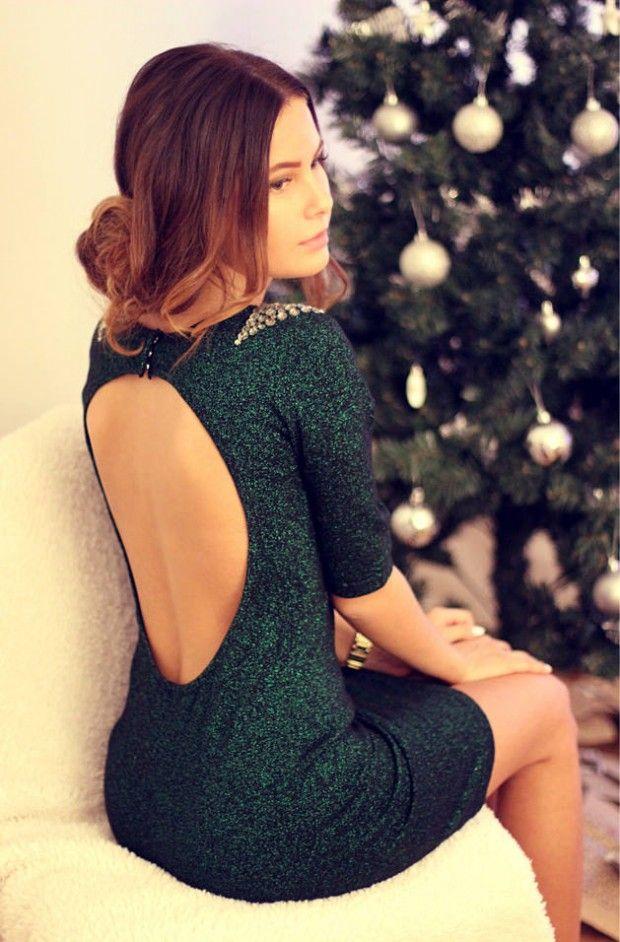 Ein wunderschönes Kleid in Emerald-Grün mit spektakulärem Rückenausschnitt. Was für ein Auftritt für die Festtage.  #weihnachten #look #inspiration #xmas #parfumgefluester