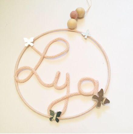 prénom en tricotin dans un cercle avec petits papillons miroir et perles de bois .   Parfait pour mettre au dessus de lit, sur une porte ou pour décorer tout simplement la cham - 19799712