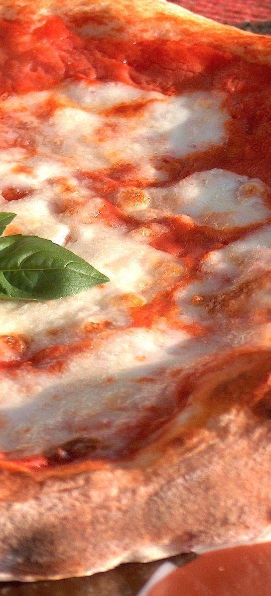 Gennaro 'o masto d' 'a pizza .... #pizza #pizzeria #Napoli #Naples #Campania #Sud #Italy #eccellenze #margherita #mozzarella #pomodoro
