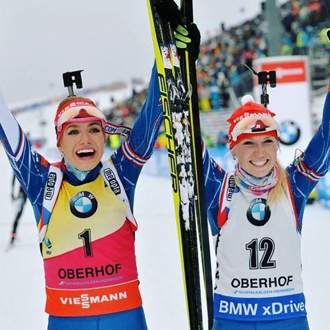 SENZACE. Naše holky jako jediné zastřílely v závodě s hromadným startem v Oberhofu bez chyby, a zajistily si tak pódiová umístění: Gabča zlatou a Evík bronzovou medaili.