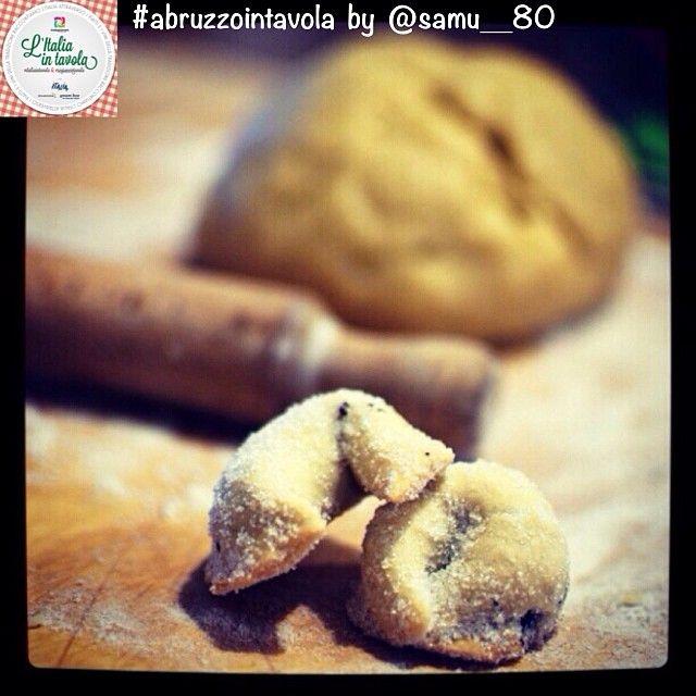 I #Tarallucci sono dolcetti natalizi ripieni di confettura d'uva tipici dell'#Abruzzo. #italiaintavola #abruzzo #italianfood #traditionalfood #italy