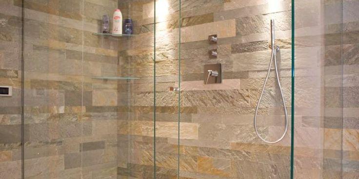 Skiffer i badrum här Quarzite Mix Color skiffer i duschen Pronto Kakel®