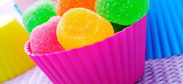 Welk kind houdt er niet van snoep? Het smaakt lekker en het ziet er leuk uit. Denk aan al die felle kleuren en leuke vormpjes. Niet te vergeten al die lokkende verpakkingen met je favoriete cartoons erop. Of het speelgoed dat erbij zit, die je als kind wel 'moet' hebben, want je vriendjes willen ermee …