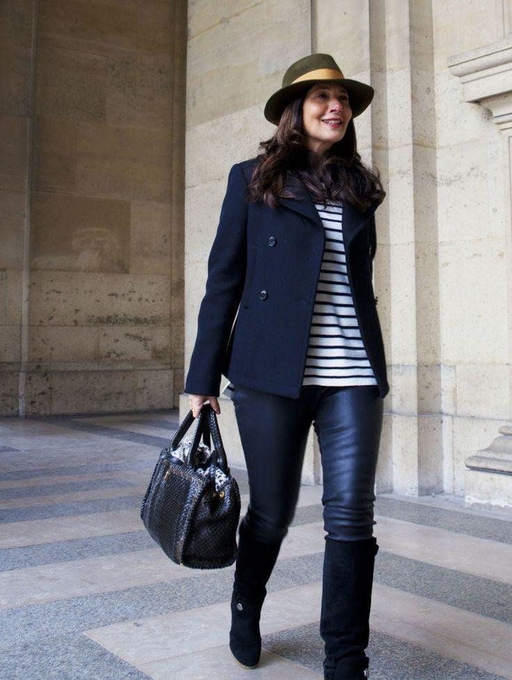 Pense à marier un caban bleu marine avec des leggings en cuir noirs pour affronter sans effort les défis que la journée te réserve. Une paire de des bottes hauteur genou en daim noires apportera une esthétique classique à l'ensemble.