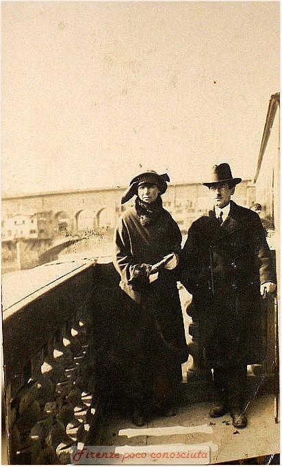 Foto ricordo, viaggiata 1906, coppia anziana di sposi in posa con Ponte Vecchio alle spalle