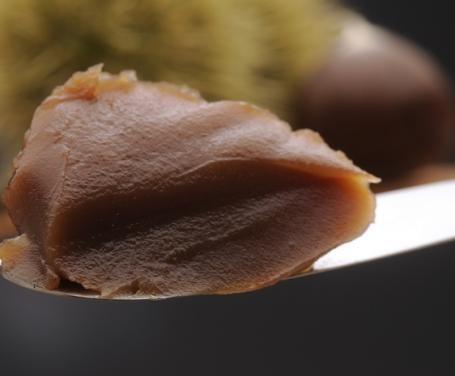Con l'arrivo dell'autunno torna la stagione delle castagne. Prepararne una marmellata è un'ottima maniera per poter assaporare questo frutto durante tutto l'inverno. La ricetta è forse un po' più laboriosa rispetto a quella di altre marmellate, ma alla po
