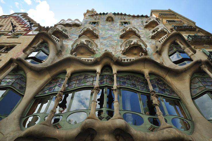 La Casa Batlló es la obra maestra de Gaudí, tipica de la arquitectura modernista de Barcelona que más que un edificio se ha convertido en un mito del arte. La Casa Batlló está situada en el corazón de la ciudad siendo uno de los lugares turísticos más visitados