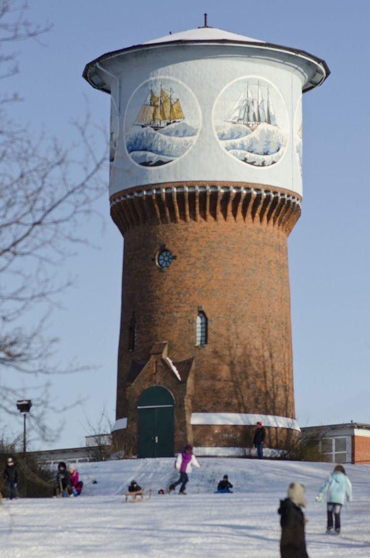 Kiel Im Jahr 1976 Wurde Der Alte Wasserturm Mit Schiffsmotiven Von Reimer Riediger Verziert