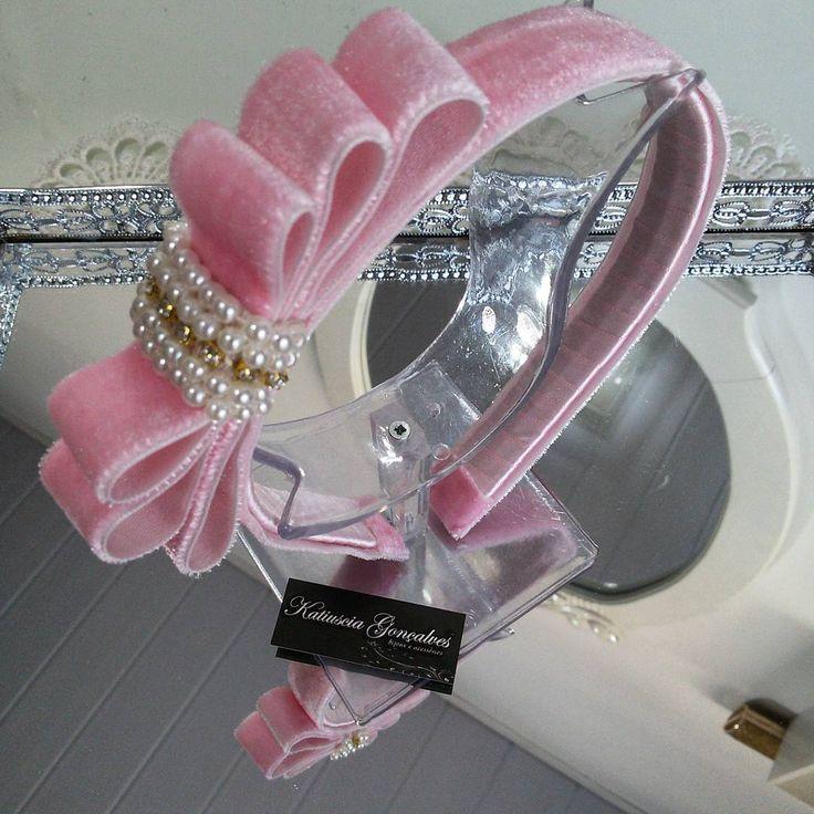 Tiara Laço Chanel de Veludo! #katiusciagoncalves #acessoriosdivos #acessoriosdeluxo #bordado #osnossosdetalhesfazemtodaadiferença #lacosbordadoscomperolas #laços #veludo #tiara #tiaradeprincesa #corderosa #mundocorderosa #rose