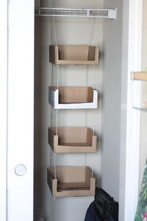 prateleiras de caixas de papelão