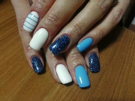 Unghie azzurre con glitter azzurro scuro, bianco e righe