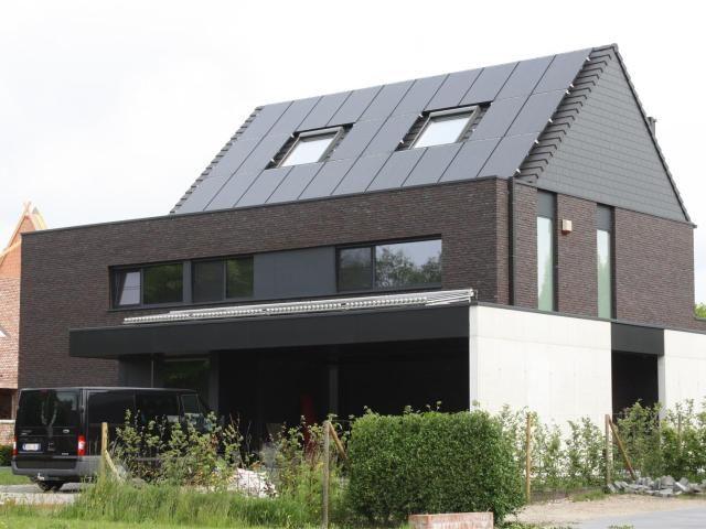 Modern • nieuwbouw • zadeldak • zonnepanelen • carport • donkere gevelsteen • Architect: Daan Van Troyen