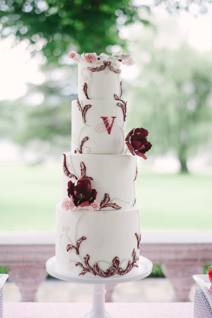 Photography: Strokes photograpy Cake: Cakelaine Cakestand: Southern Charm Rentals Linen: Linen Closet