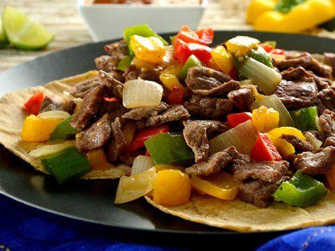 Los alambres son un plato popular de la gastronomía mexicana. Es común prepararlos a partir de una mezcla de trozos de carne de res, pollo o cerdo, a la que se le añade tocino, chile poblano o morrón y cebolla.Estos se insertan en una varilla de alambre, de la cual se origina su nombre, en brochetas, al igual de que puede elaborarse en una cacerola.Se acompaña con tortillas de maíz o harina y salsa picante.Para que no te quedes con el antojo, te damos 4recetas para preparar los alambres…