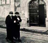 Allegonda en haar zus Gerarda (Gradje) wandelend langs de hervormde kerk