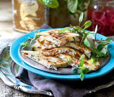 Quesadillas är inte bara otroligt gott. Det är snabbt och enkelt också! Och glöm inte bort att du kan variera fyllningen i all oändlighet. Perfekt som både varmrätt och mingelmat. Testa och hitta din favorit!