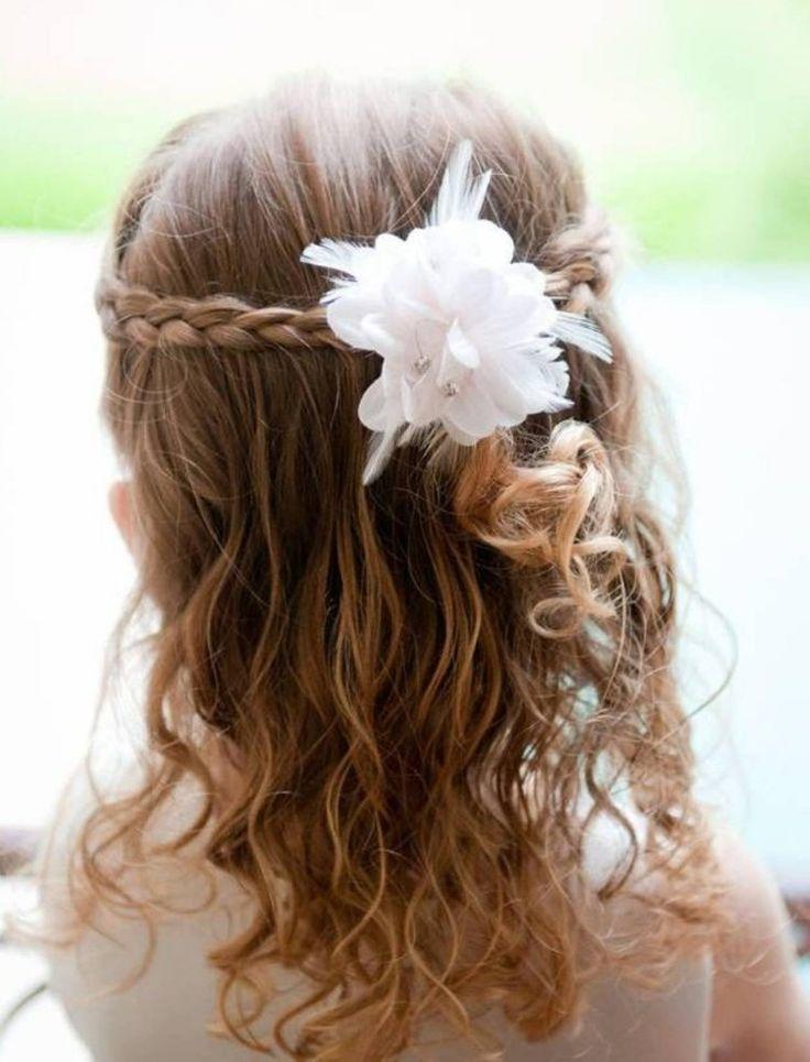 coiffure petite fille pour mariage: boucles, tresses et barrette fleur