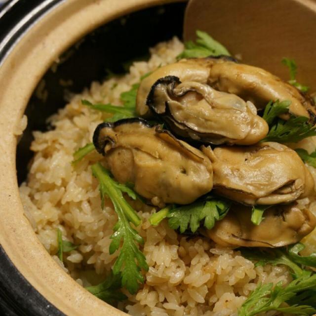牡蠣の茹で汁+牡蠣をごま油で炒めた汁で炊き込んだ、牡蠣のうまみ凝縮ごはん~ コウケンテツさんのレシピを参考に、春菊をちらしてなお美味しい♪今だけの贅沢♡♡ - 34件のもぐもぐ - 土鍋de牡蠣ご飯 by hoppewapinker