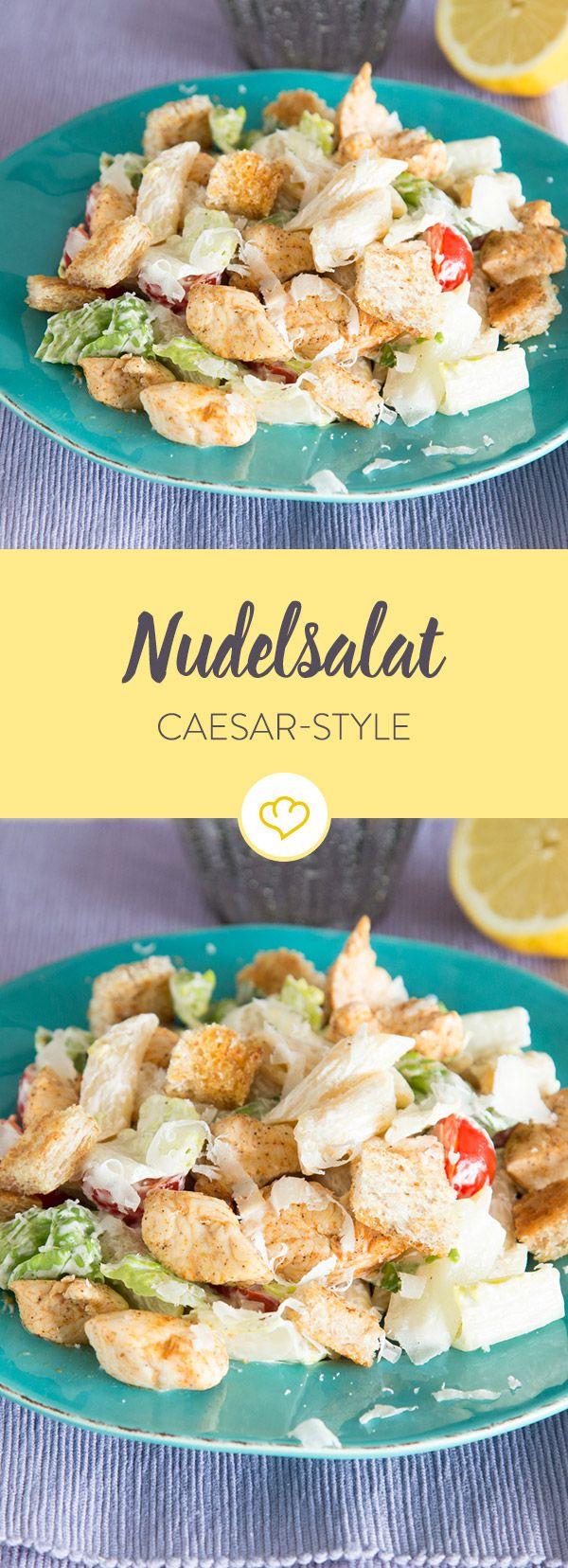 Neben den klassischen Zutaten wie Parmesan, Croûtons und dem Dressing kommen hier bissfest gegarte Nudeln in die Schüssel. Sommerlicher Sattmachersalat.
