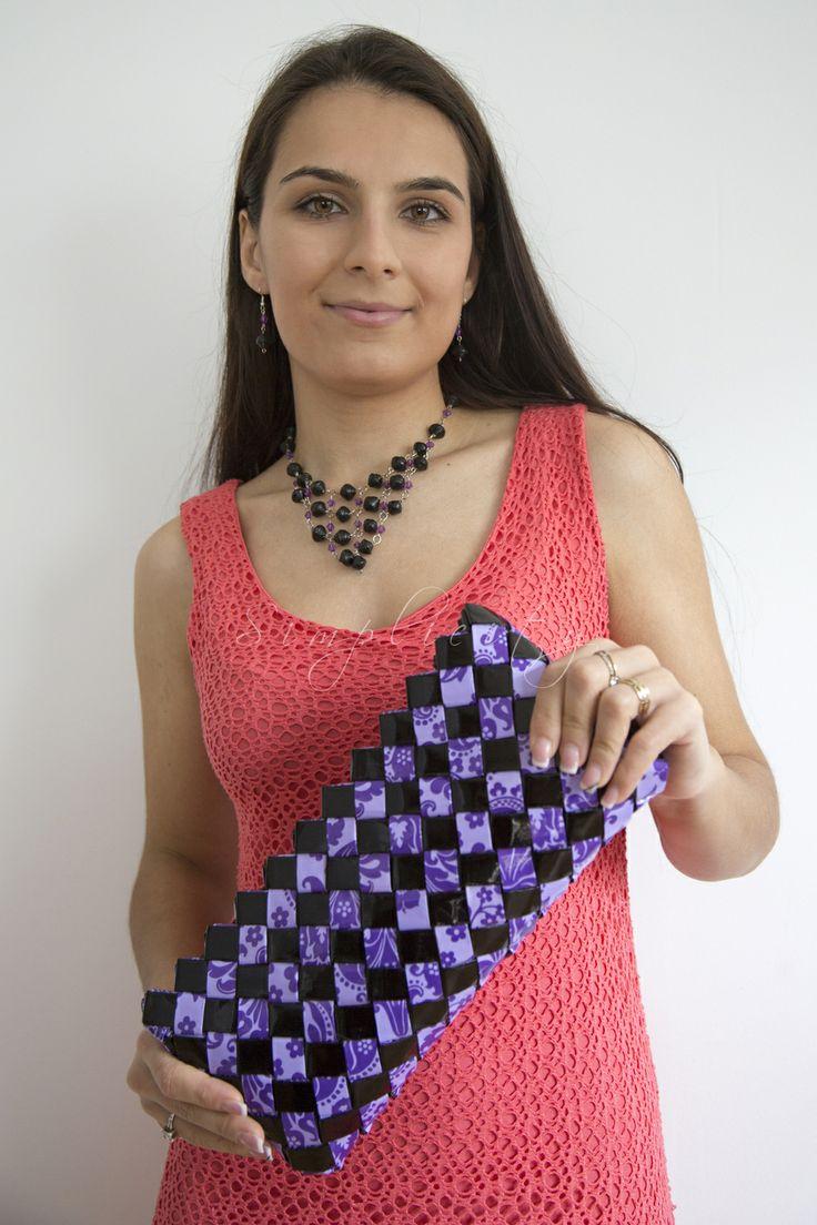 O alegere excelentă pentru o femeie încrezătoare... Poseta realizata manual din hartie reciclata tratata rezistenta la umiditate. Dimensiune: 16cm X 31 cm https://www.facebook.com/HandmadeByBianca