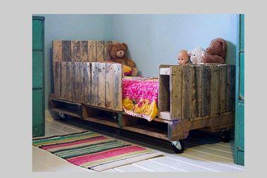 Original, sécurisant et pas cher, un lit en palette dans une chambre de jeune enfant. Une rangée de traverses récupérées sur des palettes assure la sécurité de l'enfant et le pied offre l'occasion d'un rangement pour les jouets et peluche.