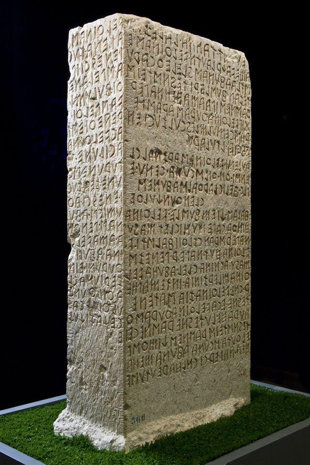 Cippo di Perugia, National Archaeological Museum of Umbria, Perugia - Etruscan civilization. La scena iniziale del romanzo si svolge davanti a questo reperto