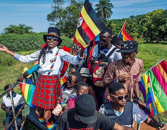 In #Uganda essere gay (lesbica bisessuale...) può costare la vita. Ma più le leggi diventano dure più gli attivisti tirano fuori le unghie e si fanno vedere  Nella foto: gli attivisti sfilano durante il #GayPride2015. Tra loro spicca #KashaJacquelineNabagesera la madre fondatrice del movimento per i #DirittiCivili della comunità #lgbti in Uganda #MCinstanews  via MARIE CLAIRE ITALIA MAGAZINE OFFICIAL INSTAGRAM - Celebrity  Fashion  Haute Couture  Advertising  Culture  Beauty  Editorial…