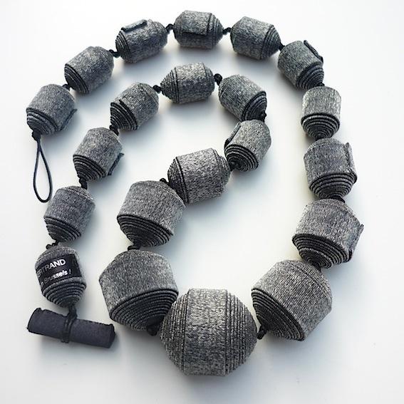 opgerolde stof kralen tot ketting zelfde stof als jurkje-jasje-blouse fabric necklace