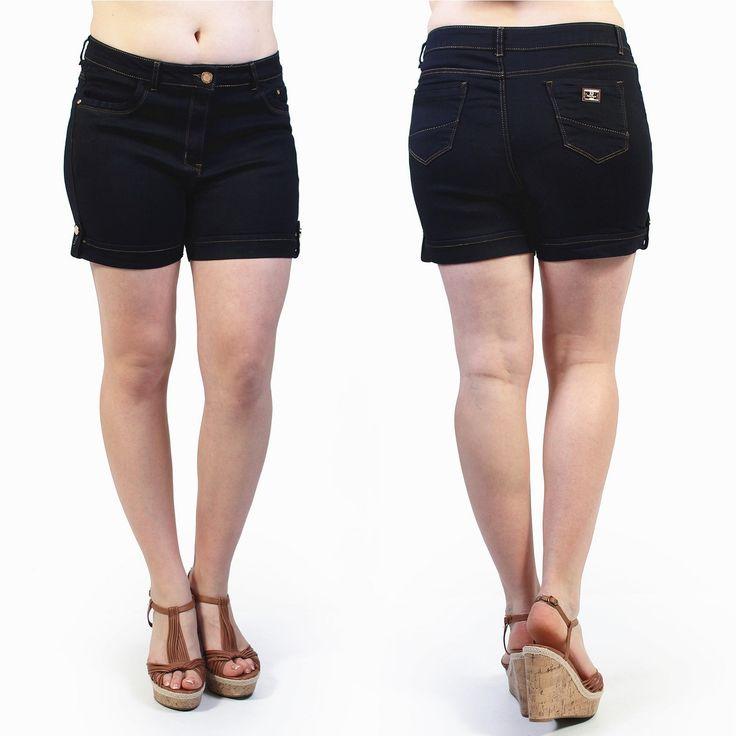 Optez pour une couleur foncée: ce short agréable à porter est basé sur la simplicité. Le détail: la petite plaque sur la poche arrière. Ce modèle est disponible en grande taille de la taille 42 à 50 pour un prix unique de 22,99€. #Fashionista #HollyMode #RondeEtSexy #short #grande #taille #femme #jolie
