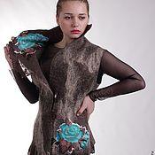Купить или заказать Жилет валяный 'Магнолии' дизайнер Татьяна Долубекова в интернет-магазине на Ярмарке Мастеров. Грациозный и благородный валяный жилет выполнен в технике мокрого валяния из шерсти BFL.Длинный прямой с распашной застежкой и шикарными ветвями магнолий выложенными шерстью и вышитыми шелком, настоящий бриллиант в гардеробе каждой модницы!Жилет универсален так как можно носить и зимой и летом, с брюками и платьями.Нейтральная цветовая гамма - холодный коричневый и серо-розовые…