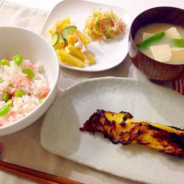 ご飯、簡単でめちゃおいしい♥︎ - 20件のもぐもぐ - 枝豆の桜海老の混ぜご飯・銀鱈の西京漬け・マカロニサラダ&コールスロー・お味噌汁(豆腐、絹さや) by accachan096Y1