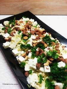blomkålshoved 75 g. græsk fetaost 50 g. saltmandler 3 spk. oliven el. rapsolie 1 spk. honning 1 tsk. hvid balsamicoeddike Salt og peber Desuden Kruspersille til pynt