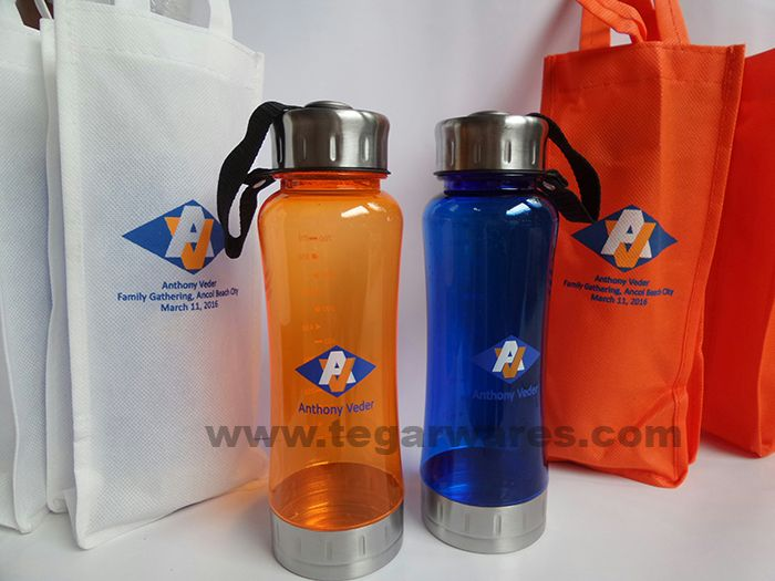 A Travo waterbottles 600ml with goody bag. A right choices plus logo imprinted on the body for corporate family gathering merchandises.