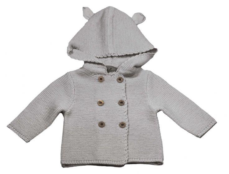 """Nydelig strikket jakke i ullblanding i grå. Pene knapper. Hette med 2 små """"ører"""". 80 % lammeull, 20% polyamid."""