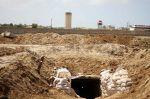 Mesir menghancurkan 2 terowongan perbatasan Gaza  MESIR (Arrahmah.com)  Pasukan tentara Mesir menghancurkan dua terowongan lintas perbatasan yang menghubungkan Semenanjung Sinai Mesir dengan Jalur Gaza yang diblokade kata seorang jurubicara militer Mesir Ahad (2/4/2017).  Dalam sebuah pernyataan Kolonel Angkatan Darat Tamer Al-Rifai mengatakan kedua terowongan tersebut dihancurkan selama operasi keamanan di kota Sinai Utara Rafah.  Dia mengatakan enam gerilyawan tewas dan 29 tersangka…