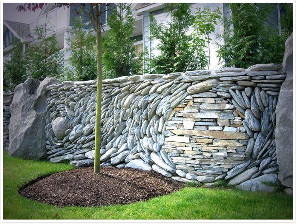 Μάζευαν πέτρες και βότσαλα και έφτιαξαν τις ομορφότερες κατασκευές έργα τέχνης πάνω σε τοίχους!