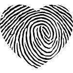 La forma del corazón de huellas dactilares