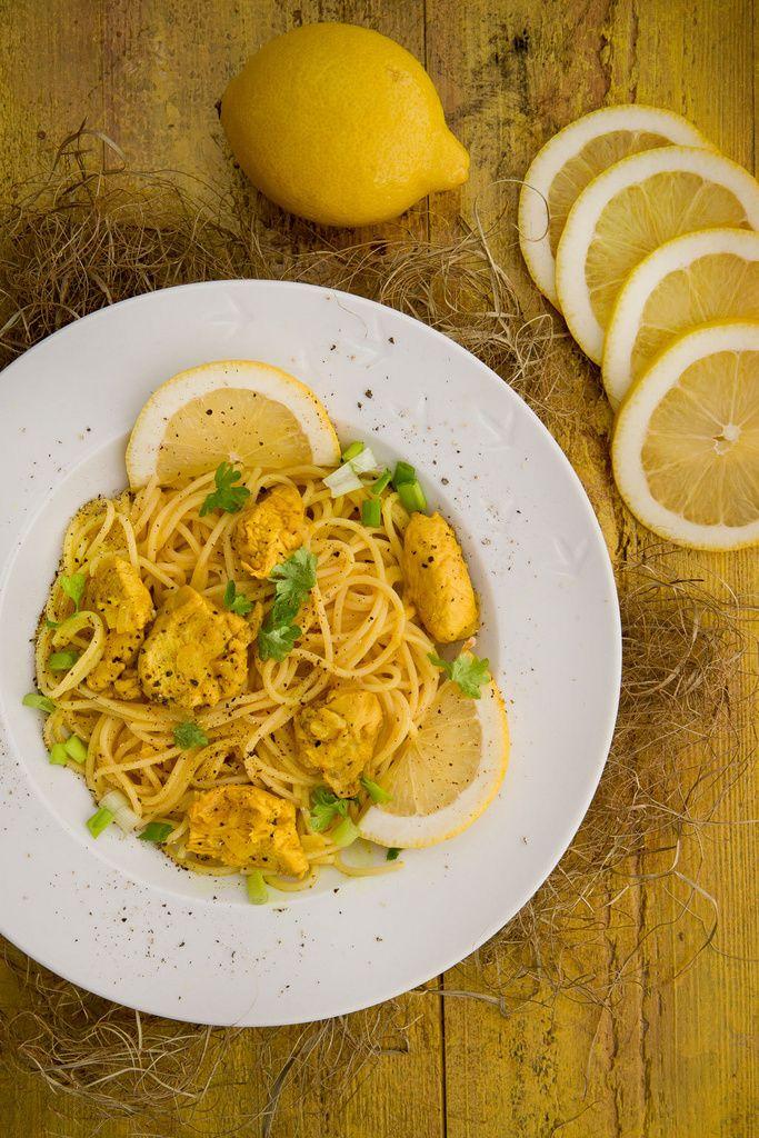 Keitä sitruunakanan seuraksi spagettia ja raasta päälle parmesaania.