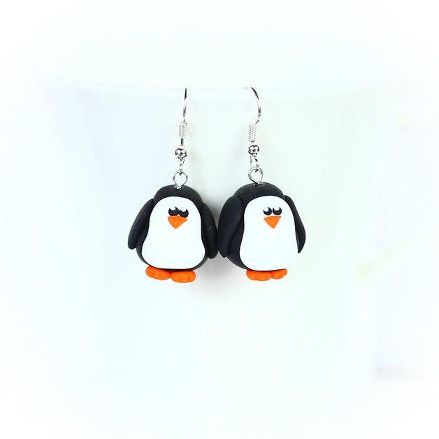 Süße Ohrringe aus Fimo in Form von kleinen, fetten Pinguinen.   Die Ohrhänger sind ca. 1,5 cm groß und sehr leicht.   Die Ohrhaken sind Nickelfrei.